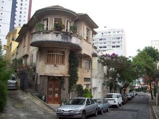 古い建築物も数多く残り、古い建物マニア、窓マニア、 玄関マニアにはたまらない。坂の多い町で風情満点。
